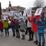 Průvod se vydal od budovy knihovny a došel až k památníku Čeňka Kramoliše. Foto: Alexandra Buršíková