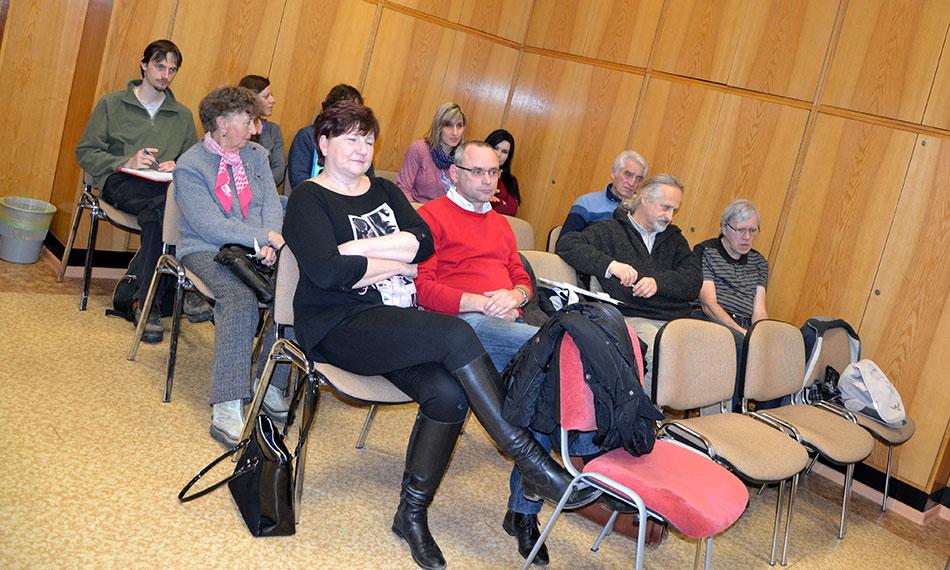 Ačkoli nebyla zasedací místnost radnice zaplněná ani z poloviny, diskutovalo se živě celé dvě hodiny. Foto: Alexandra Buršíková