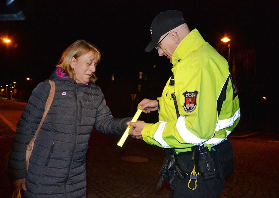 Několik desítek bezpečnostních pásků rozdali v ulicích Rožnova městští policisté. Foto: Alexandra Buršíková