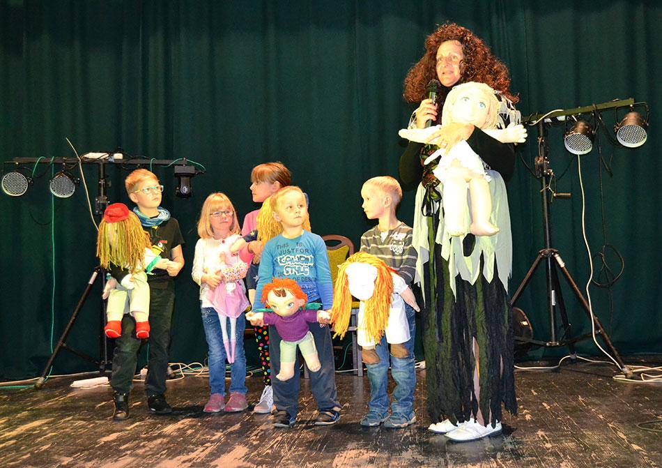 Dospělí i dětští návštěvníci se pomocí pohádkového příběhu dozvěděli o tom, v čem spočívá práce mobilního hospice Strom Života. Foto: Alexandra Buršíková