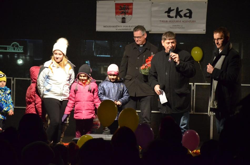 Rožnovský farář Kamil Obr (vlevo) popřál lidem společně se starostou města Radimem Holišem (vpravo) klidné adventní období. Poté se na náměstí rozzářil vánoční strom. Foto: Pavel Švarc